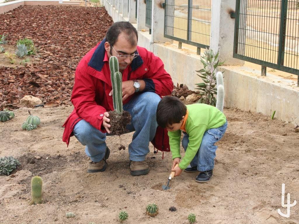 Jesús León y Pablo Plantando cactus.