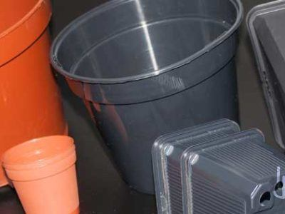 Macetas de plástico de distintos formatos.